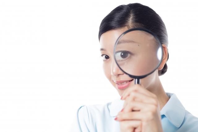 虫眼鏡と女性